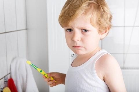 Kind will Zähne nicht putzen